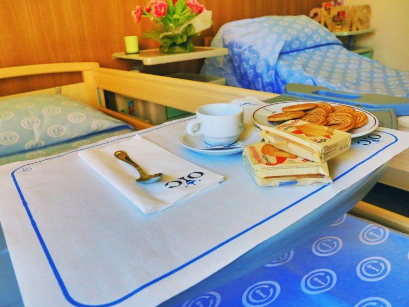 particolare di una colazione mattutina in stanza doppia